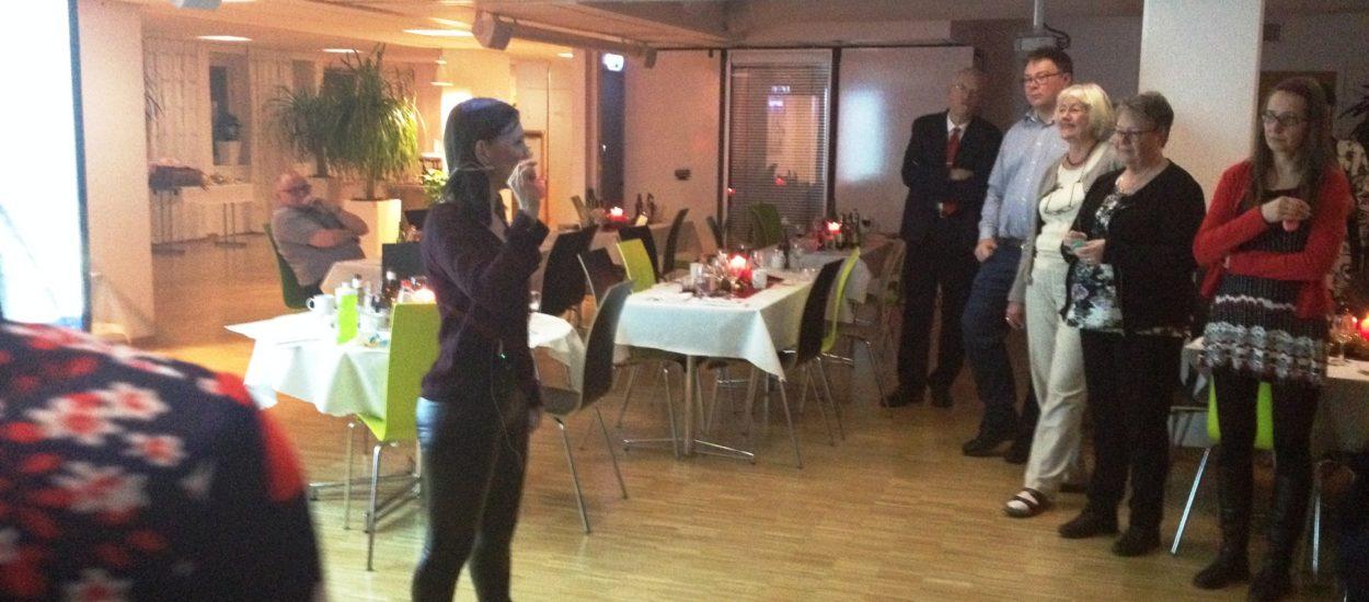 Sångpedagogen Cecilia Nedgård håller workshop i körsång på företag