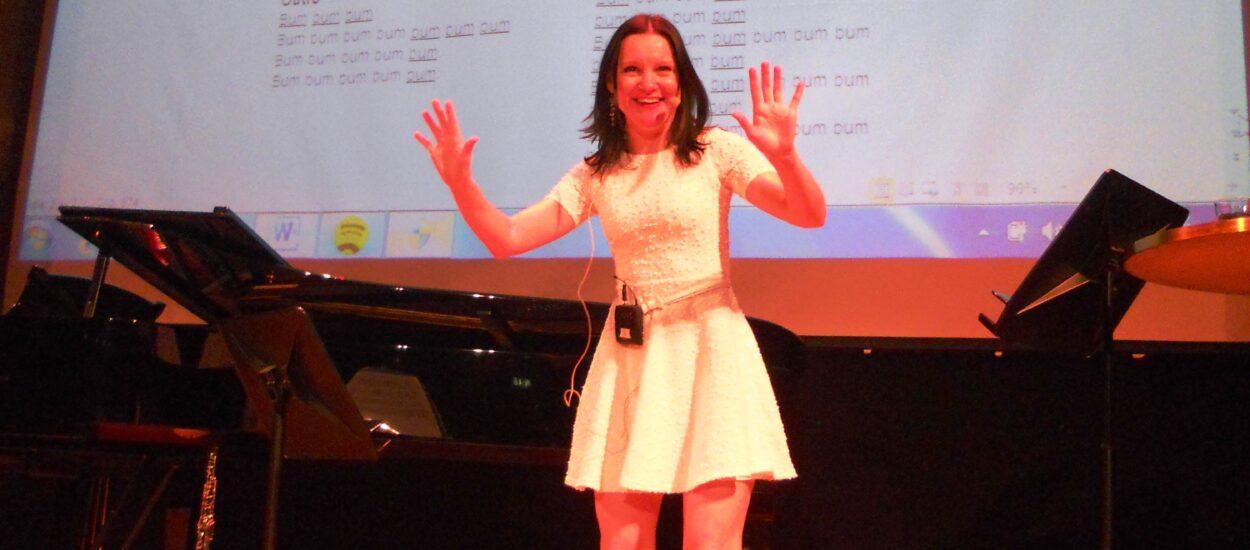 Sångpedagogen Ceciia Nedgård håller workshop i körsång på företag