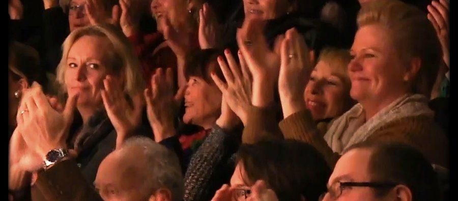 Publiken jublar och applåderar